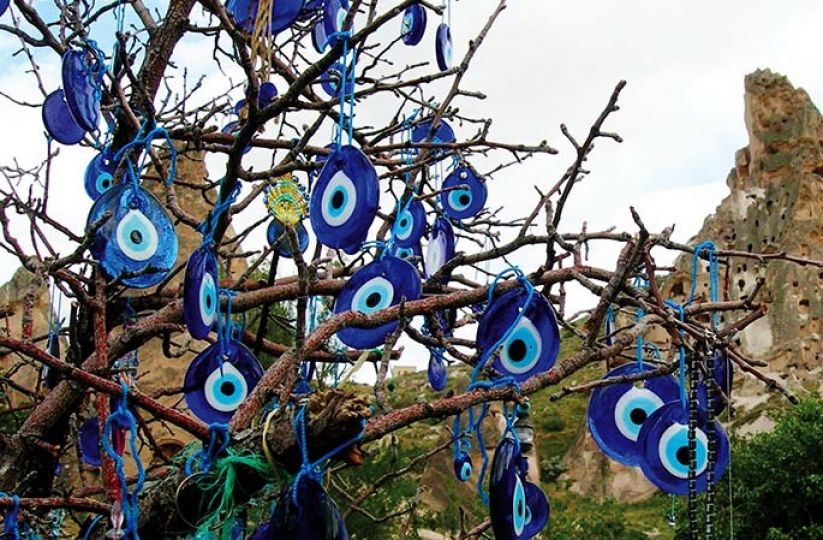 Słynne są tureckie drzewka życzeń, na których ludzie zawieszają talizmany z intencją ochrony najbliższych.