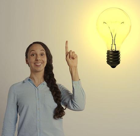 kobieta trzyma palec w górze, żarówka, pomysł