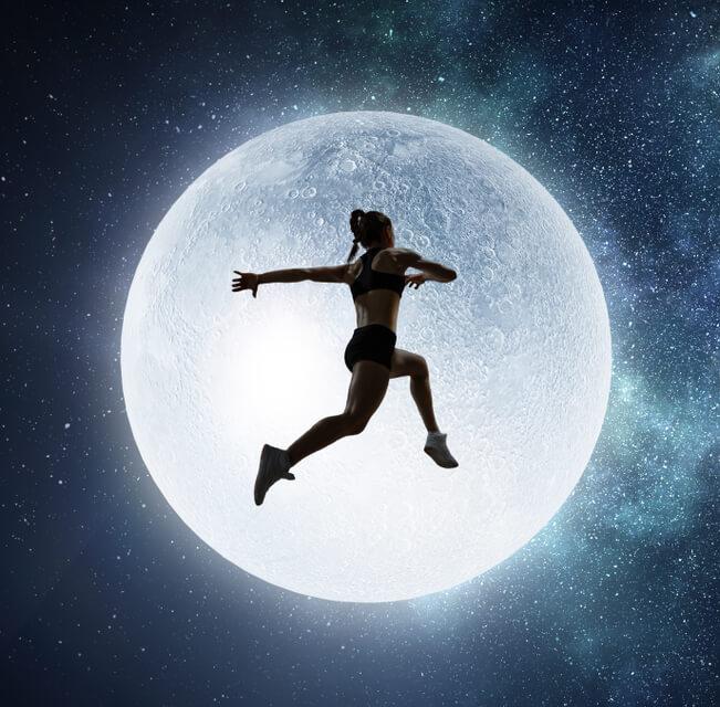 księżyc, kobieta biegnie