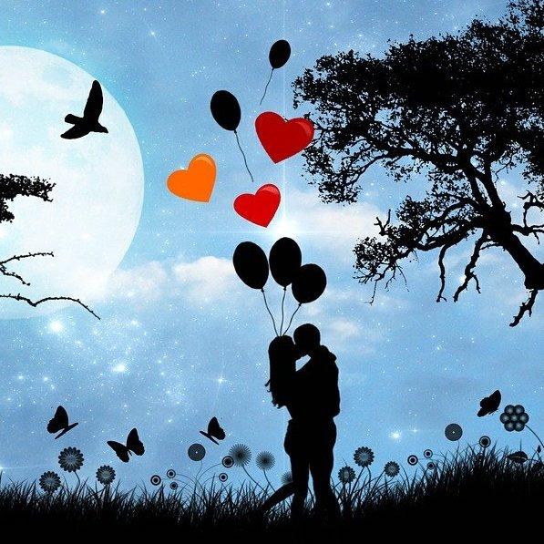 przytulająca się para na tle księżyca