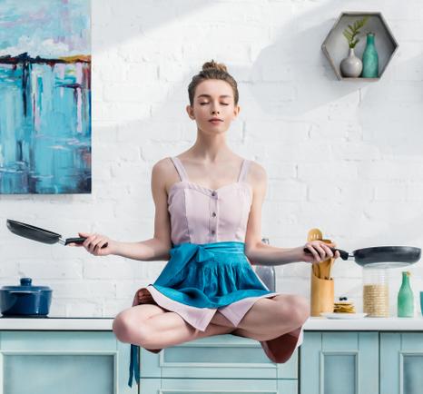 medytacja, kobieta w kuchni