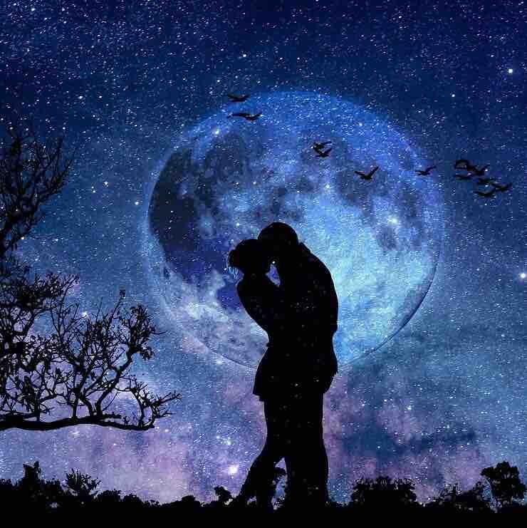zakochana para na tle księżyca