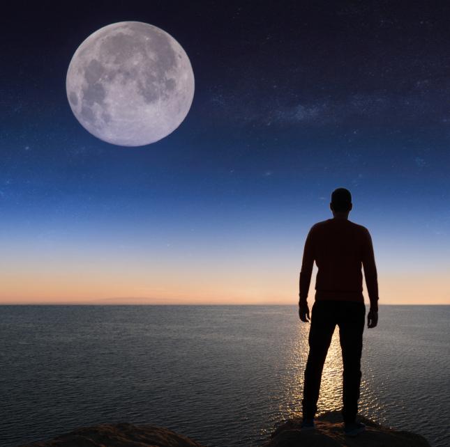 mężczyzna i księżyc w pełni