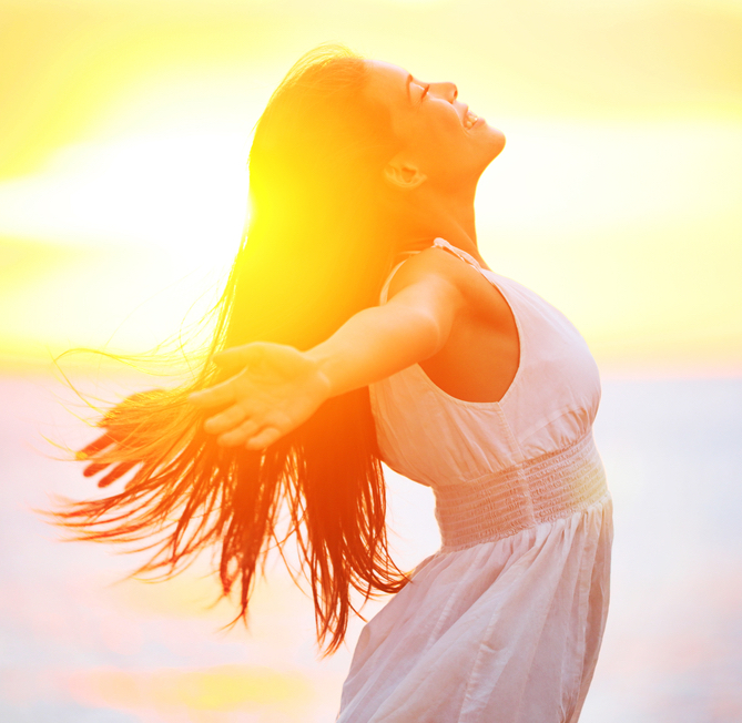 szczęśliwa kobieta, promienie słońca