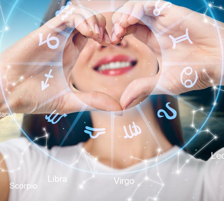 kobieta robi gest serduszka, horoskop