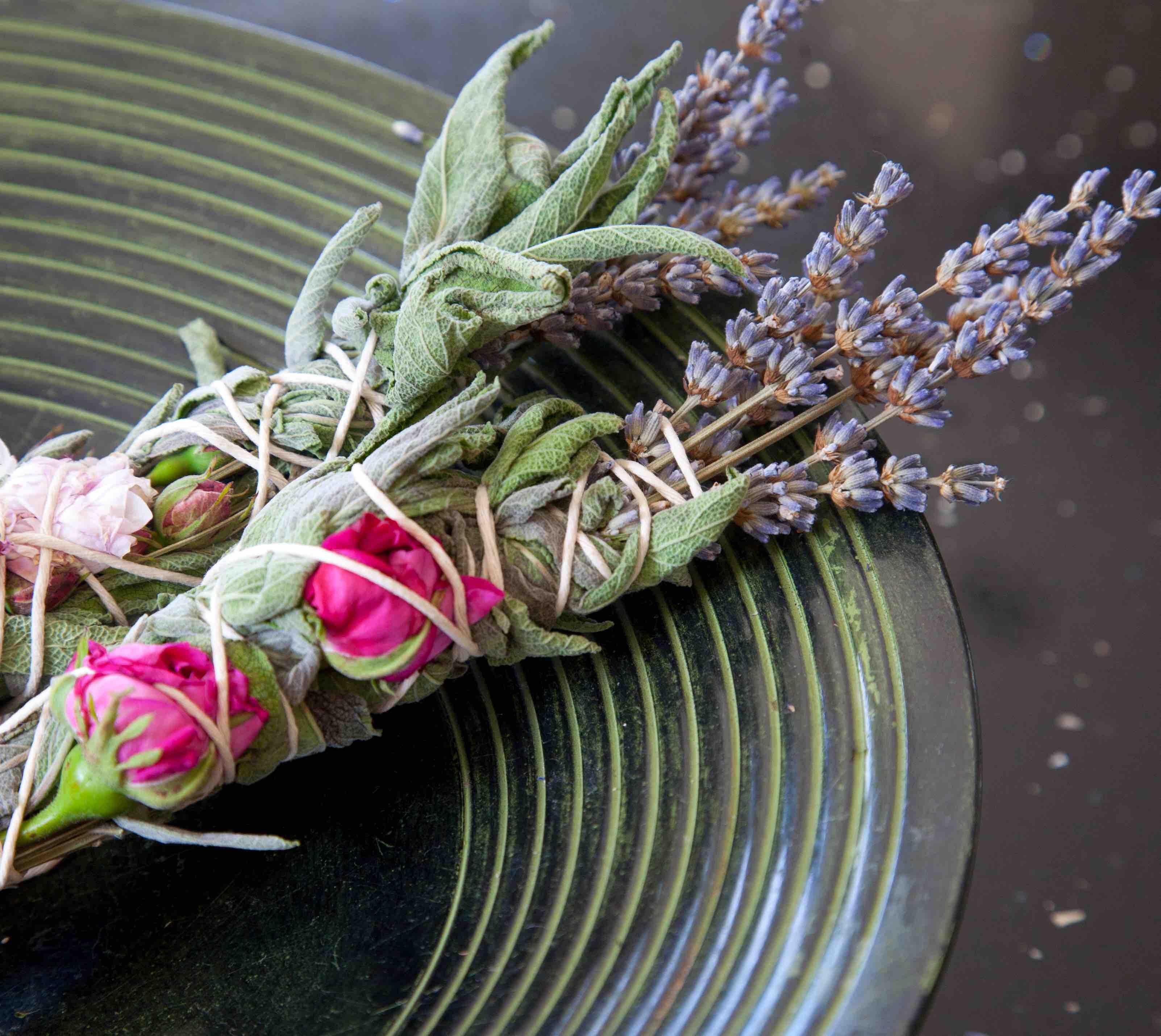 pęczek związanych roślin, kwiaty
