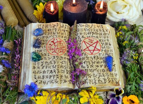 magiczna księga, świece, zaklęcia