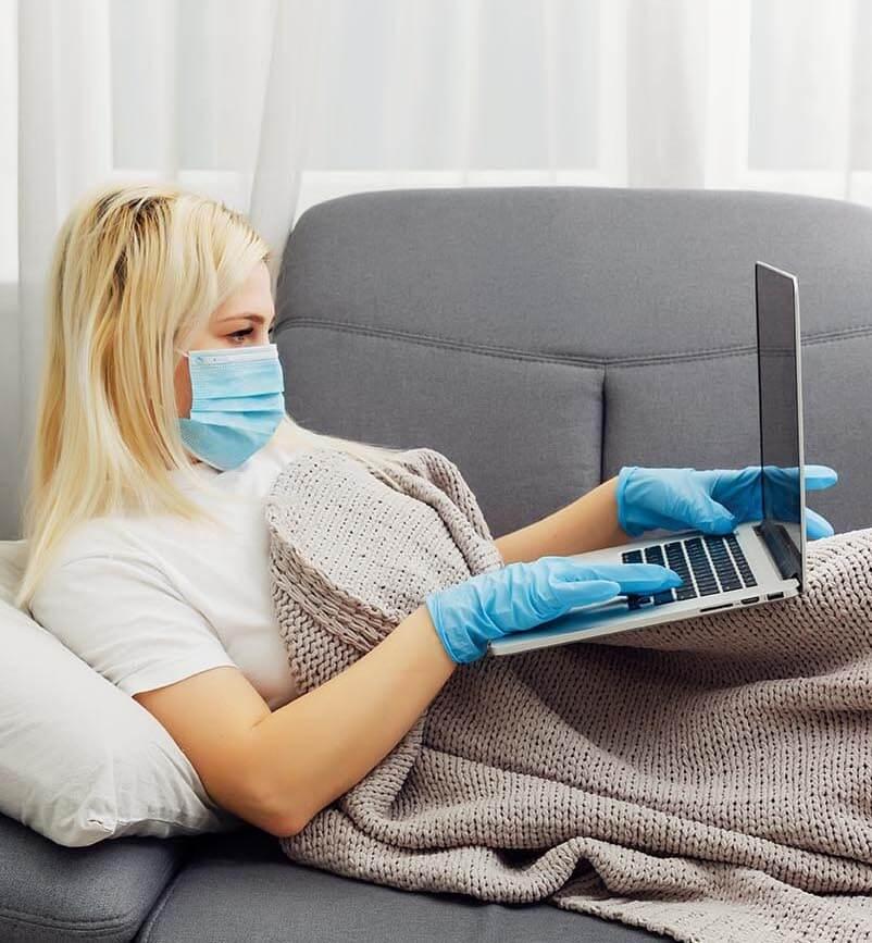kobieta z komputerem i w maseczce