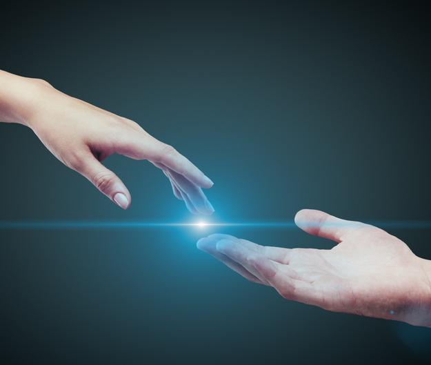 dwie dłonie dotykające się